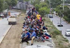 Inmigrantes centroamericanos viajando sobre un tren