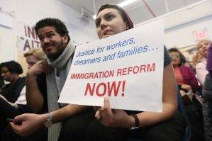 Inmigrantes miran el discurso de Obama. Foto de Mario Tama, Getty Images.