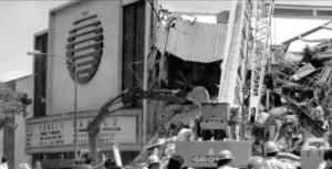 En avenida Chapultepec, tras la marquesina, el edificio de noticieros, derrumbado.